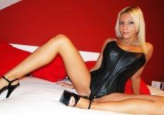 Blondes Webcam Girl in schwarzer Leder Corsage mit High-Heels wichst mit dir cam2cam